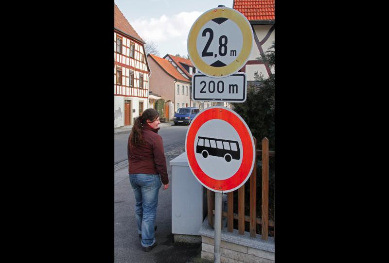 riesige, tiefhängende Verkehrsschilder